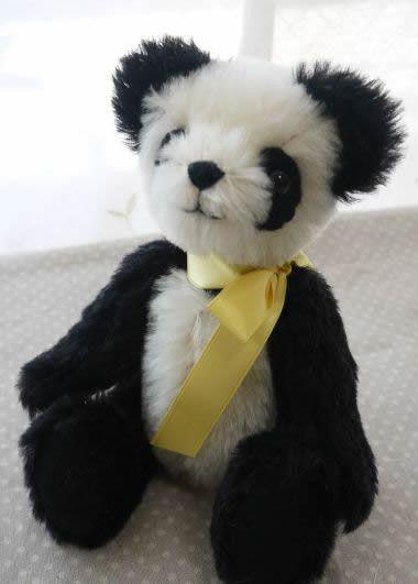 ◇◆パンダのテディベアです。首に黄色いリボンをしています。目の周り、手足の裏はフェルトです◆◇☆カラー:黒白のパンダカラー☆身長:15㎝(座った状態)☆材料:...|ハンドメイド、手作り、手仕事品の通販・販売・購入ならCreema。