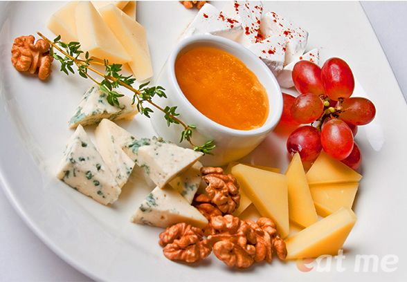 Подача сыра для шведского стола