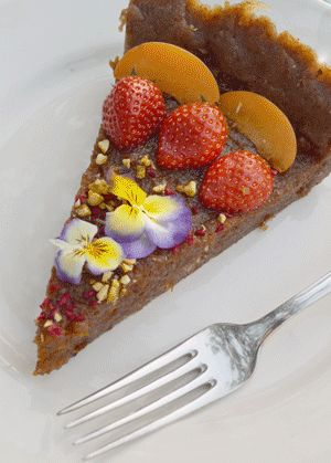 Raw Cake with apricot - decorated with fresh fruit and flowers, B&B Æblegaarden, Langeland, Denmark Photo by Sannie Terese Burén www.aeblegaarden.dk