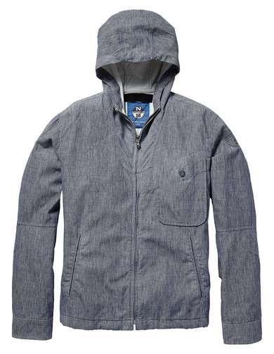 Per un look brillante e di classe, l'esclusiva giacca Gerard è realizzata in tessuto doppiato. Con interno ed esterno in lino, è rivestita in tessuto impermeabile per una protezione extra. Ampia zip sul davanti; polsini abbottonabili e cappuccio con coulisse regolabile per una migliore vestibilità. Le impunture della stessa tonalità del tessuto sono un dettaglio ricco di stile. Il tutto si fonde per creare una giacca dal taglio ergonomico, comodo e oversize.