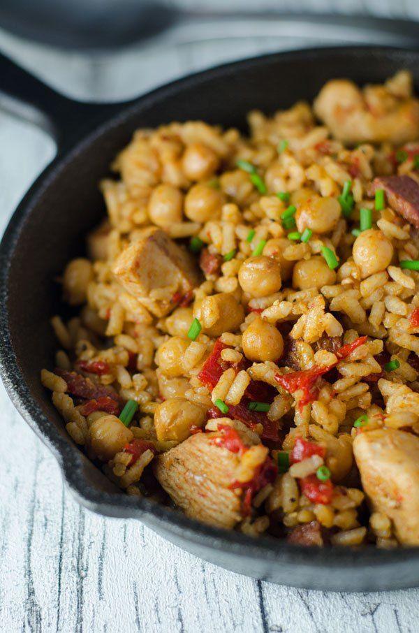 Reis mit Hähnchen, Chorizo und Kichererbsen. Köstlich würzig und aromatisch. Recipe aso in english! www.einepriselecker.de