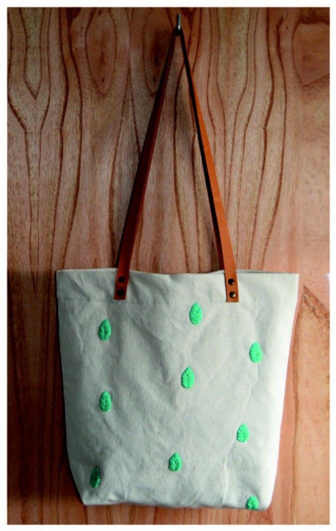 Bolsos de lona color natural 100% algodón. <br /> Medidas generales: 42x40x12 cm. <br /> Por dentro están forrados, poseen un bolsillo de 19 x 15 cm y un cierre de imán. <br /> Las manijas son de cuero y están doblemente reforzadas al bolso!<br /> Con hojitas bordadas a mano, con hilo de algodón color verde agua y detalles en hilo dorado.<br /> Código: B 002