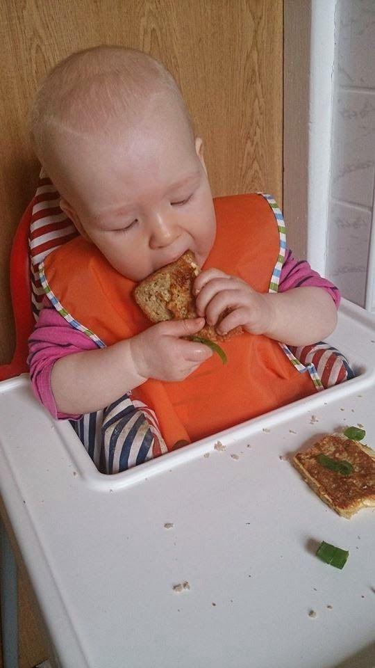 Śniadaniowy tościk ze szczypiorem - Przepisy BLW   Ala'Antkowe BLW