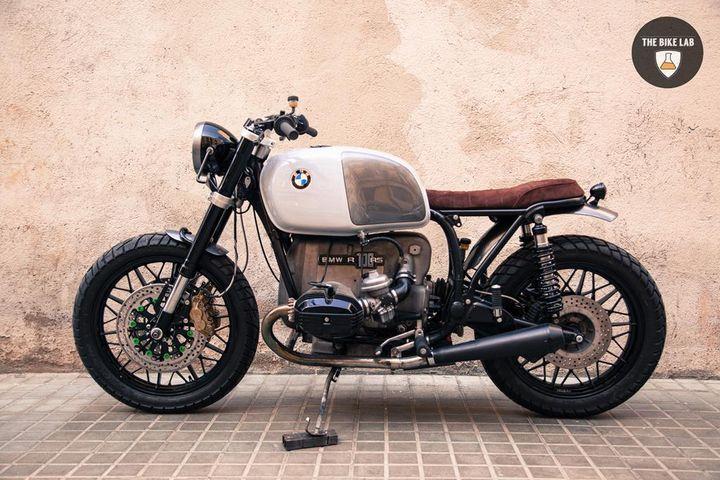 Bmw R100 Brat Style Panda - The Bike Lab. Entra y mira el currazo que se han marcado estos constructores de motos en Barcelona, con su BMW Brat Style.