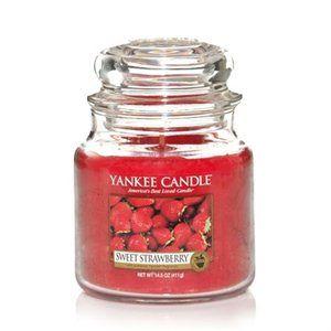 Månadens doft för februari 2015 är Sweet Strawberry. Helt underbart - den lekfulla, saftiga sötman från fullmogna jordgubbar. Finns i Classic sortiment; Jars L, M, S, votivljus, wax och tealights och dessutom i Décor Glass Pillars.  #YankeeCandle #SweetStrawberry
