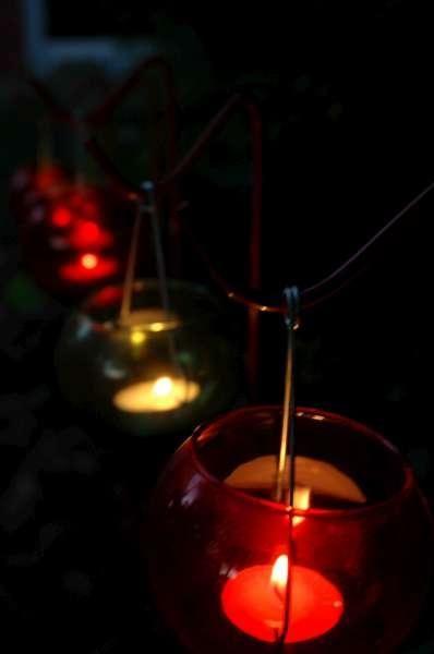 Karácsonyi felakasztható piros mécses.