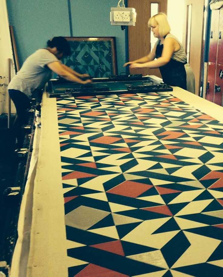 Tamasyn Gambell | Screenprinting in action | Plane Curve Linen | www.tamasyngambell.com