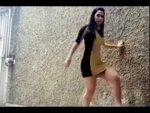 Laska gra w piłkę http://www.smiesznefilmy.net/dziewczyny Pograło by się co? #girls #footbal