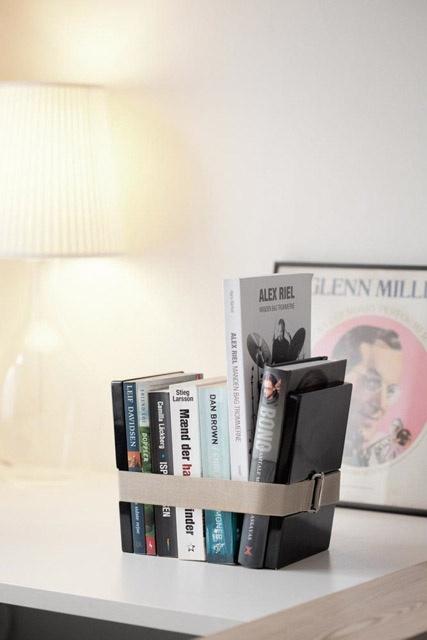 Uchwyt na książki Book Binder XL. Book Binder zagospodaruje książki leżące na luźnej stercie przy łóżku, czasopisma rozłożone w salonie, czy wreszcie wszechobecne zeszyty niesfornego nastolatka. Nietypowa konstrukcja pozwala na wygodne wkładanie bądź wyjmowanie książek i co ważne, nie trzeba stawiać jej na półkach. Sprawdź na FabrykaForm.pl
