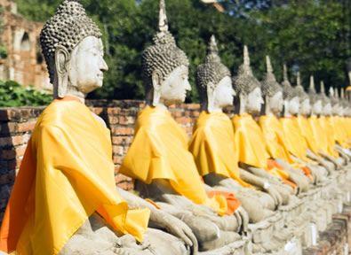 Bangkok  Bangkok es la capital de Tailandia y una de las ciudades más turísticas del sudeste asiático. Presenta una mezcla entre controversia y tradición y es una ciudad muy occidentalizada con los templos budistas más vistosos. Bangkok ofrece al turista multitud de opciones: mercados dispares que ofrecen degustaciones más que exóticas, calles bulliciosas y el encanto de sus gentes.