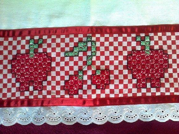 Pano de prato branco 100% algodão. Com detalhe em pano xadrez vermelho com bordado em ponto cruz duplo com acabamento em fita de cetim vermelha e bordado inglês branco.
