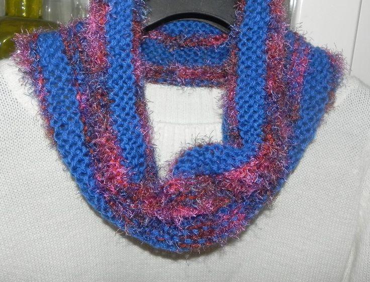 Sciarpa scaldacollo ad anello in misto lana nei toni del blu con piuma