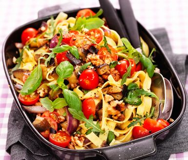 Få ingredienser och moment men ett gott och spännande resultat! Så skulle man kunna sammanfatta den här vegetariska pastarätten som toppas med färsk basilika och valnötter.