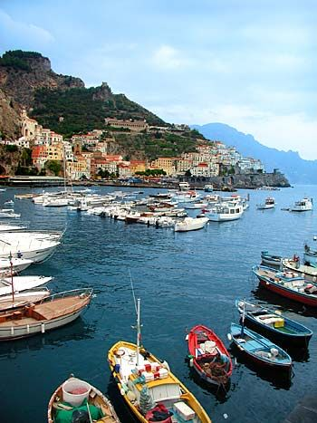Google Image Result for http://www.homebaseabroad.com/images/guides/amalfi_coast/amalfi_harbor_great2.4.jpg