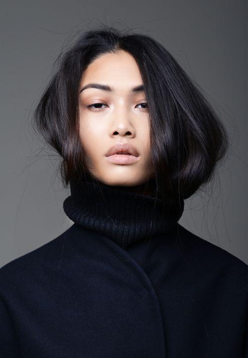 Tolles Portait! Schwarzer Rollkragen Pullover, wirres Haar und Nude Makeup