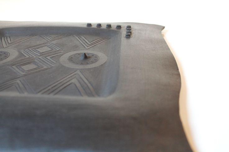 Particolare centrotavola in ceramica (bucchero)
