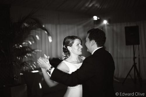 Foto de los novios bailando vals de una boda de 2008 Edward Olive fotógrafo para bodas Gema Ibarra Clases de baile para novios bodas Madrid Baile Nupcial