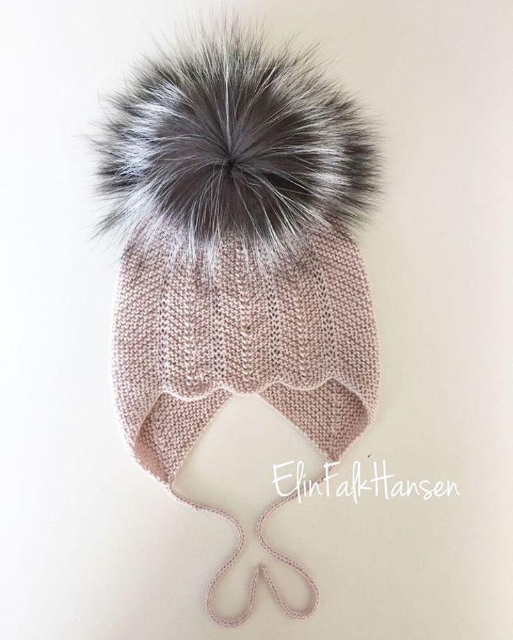 Vintergæk huen til Vega.  Strikket i ynglingsgarnet Alpaka silk fra Sandnes.  Kvast sølvræv fra dansk slagtet dyr.  Opskriften er fra @millefryd  Vintergækhuen kan ikke bestilles pga cobyrigt på videresalg.  #hue #vintergækhue #djævlehue #vinterhue #garn #yarn #strik #strikning #knit #knitning #hestetømmer #iclod #kbast #pompom #ræv #rosa #babypige #pige #girl #knitwear #babytøj #hjemmestrik #barnebarn #elskeratværemormor