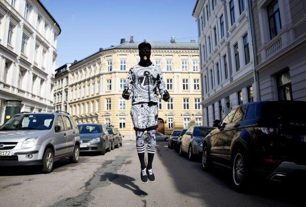 GIR F I REGLER: Et heldekkende antrekk med trykk i svart og hvitt er ikke hverdagskost i Oslos gater. Olav Stubberud kan likevel velge å gå med finlandshette på butikken - om humøret tilsier det. Foto: Janne Møller-Hansen / VG