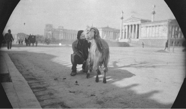 Η φωτογραφία με τον γαλατά που αρμέγει είναι του William Lewis Sachtleben's κατά τη σύντομη διαμονή του στην Αθήνα πριν ξεκινήσει το ταξίδι του με ποδήλατο στην Ασία.... Διαβάστε όλο το άρθρο: http://www.mixanitouxronou.gr/otan-ta-gidia-ke-ta-katsikia-itan-monimi-katiki-athinon-ke-pireos-i-zitisi-gia-fresko-gala-itan-megali-ke-i-galatades-ekanan-chrises-doulies/
