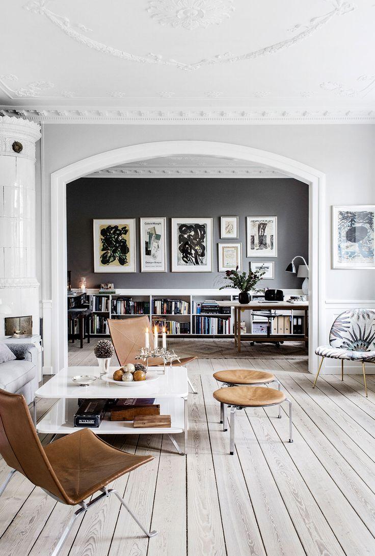 Tummanharmaa seinä on tehokas tausta grafiikkakokoelmalle. Gubin Beetle Chair on verhoiltu Pierre Freyn kukka-aiheisella kankaalla. Nahkaiset lounge-tuolit ovat Poul Kjærholmin suunnittelemat, ja niitä myy Fritz Hansen.