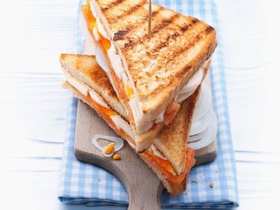 Räucherlachs-Toast mit Ei |