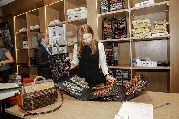 На выставке была представлена продукция более чем 40 ведущих текстильных и обойных брендов, а своим опытом делились профессионалы и представители известных и популярных брендов https://roomble.com/publication/v-ekaterinburge-zavershilas-vystavka-design-focus-expo-2014/