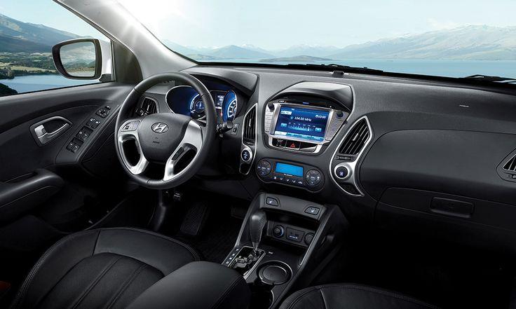 ix35 umożliwia dopasowanie wnętrza stosownie do Twoich upodobań. Możesz ustawić komputer pokładowy tak, by pokazywał przebieg do następnego tankowania, średnią prędkość czy średnie zużycia paliwa. Korzystaj z systemu nawigacji, telefonicznego zestawu głośnomówiącego Bluetooth lub słuchaj muzyki.