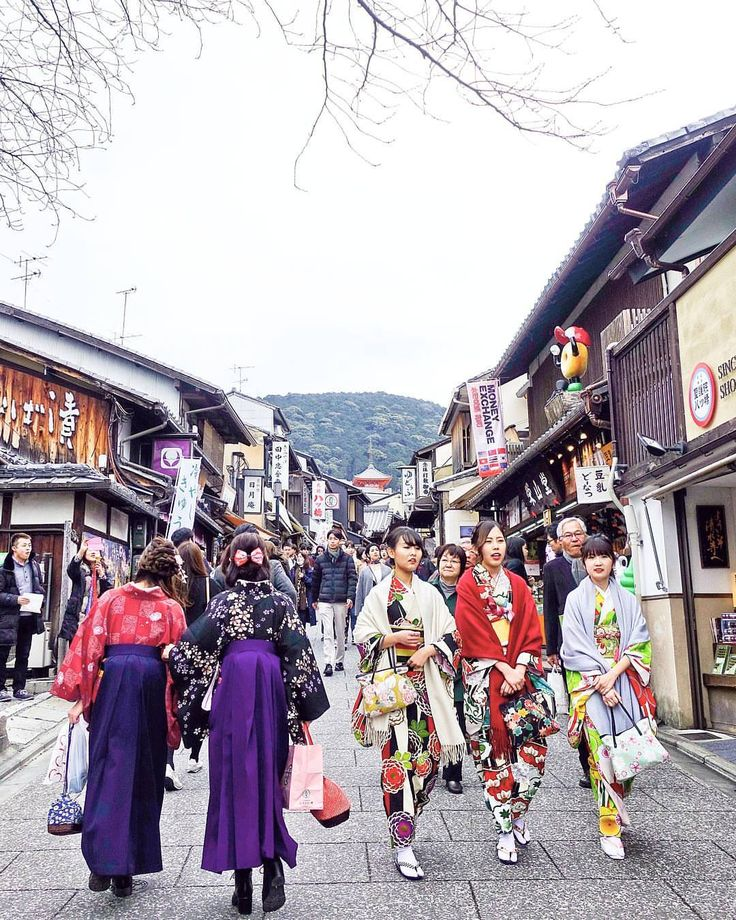 Street shopping on this upslope en route to Kiyomizu-dera Temple. Lots of foooood & ladies in yukata . // Matsubara-dori, Kyoto Prefecture, Japan. Instagram: @quennandher (at Kiyomizudera)