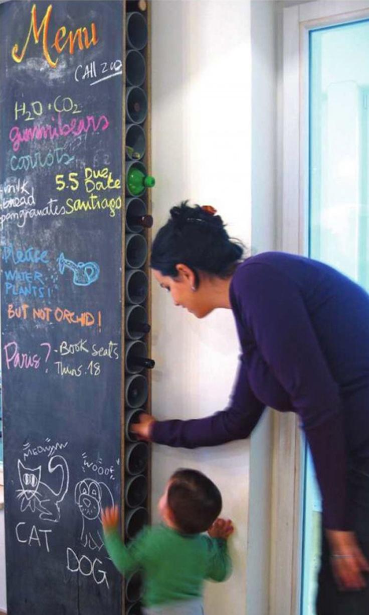 on aime bien ce rangement À faire pour les bouteilles ! diy wine racks with chalkboard