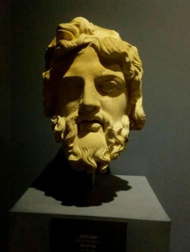 """ZİHİNLERDEKİ TANRI!:ZEUS Hollywood filmleri, çizgi filmler, Hristiyan anlatıları, İslam'a isnad edilen sahte hadisler, Kabbala, Yahudi mistisizmi aynı noktada birleşiyor: Andropomorfizm yani """"İnsan biçimli tanrı""""  En temel tanrı figürü:Zeus... Greklerde Zeus, güçlü, tanrıların babası olarak bilinir. Hint-Avrupa kök dilinde Zeus, Deus, Teus, Teo, Diva, Dieu,Dio gibi tüm dillere yayılan bir formu var. Kuran'da """"Yeğus"""" formuyla bulunur. Nuh toplumu panteonundadır. """"Teoloji"""" sözcüğü buradan…"""