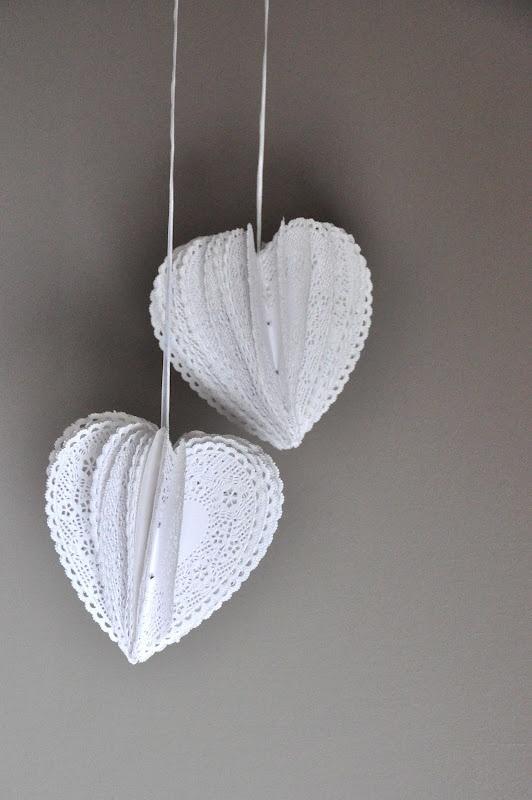 Maak mooie witte hangers van papieren taartonderzetters.