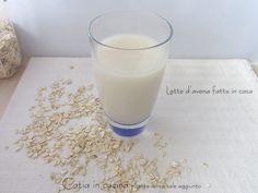 L'idea di fare in casa il latte d'avena mi attirava da un po'. A dire il vero ho intenzione di provare a farle tutte le bevande vegetali. Tempo fa avevo