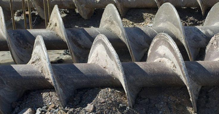 Como escavar um poço de água na areia. A areia é, geralmente, um bom sedimento para armazenar água em poços. O método para cavar poços em areia é semelhante àquele adotado ao escavar argila e silte. No entanto, como a areia tende a erodir, os materiais do poço deverão ser posicionado no interior de uma broca oca. Poços de PVC e aço inoxidável são bons para aquíferos arenosos e são ...