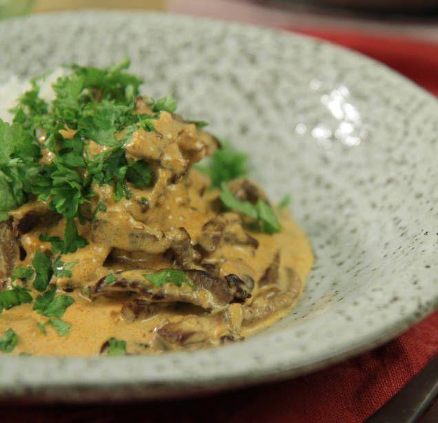 Laga klassisk biff stroganoff med senap, crème fraîche och lövbiff. Gott och lättlagat recept på krämig biff stroganoff med ris.
