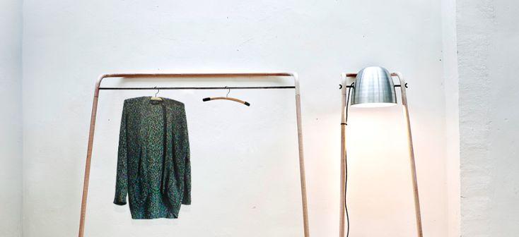 Mladý slovenský designér představil autorskou kolekci s názvem Abuton, jež je vytvořena z ohýbaného dřeva. Samostojné produkty působí průmyslovým dojmem, jsou minimalistické a šetří místo v interiéru.