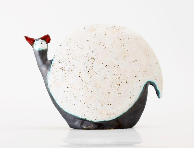 Perliczka ceramiczna: wys.17 cm, szer.6,5 cm, dł.22 cm szkliwiona biały-jasny beż