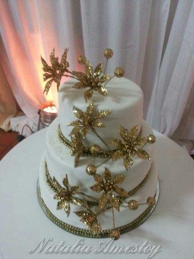 Torta con flores doradas
