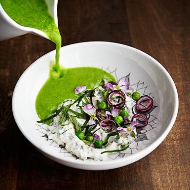 En intensivt klorofyllig soppa som blir godast på nyskördade ärter, men frysta gröna ärter går också bra. Koka inte med ärterna för länge, då förlorar de sin härliga färg. Om du använder mousserande vin, spara gärna en skvätt och häll i vid servering.