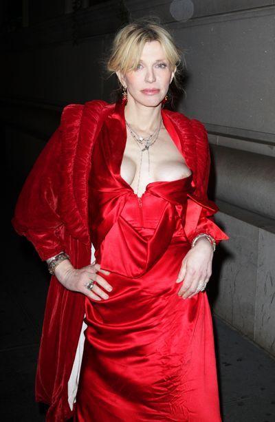 """Courtney Love  Tak wyglądała Love ostatnio na nowojorskiej premierze filmu Martina Scorsese """"Hugo"""". Jej biust właściwie wylewał się z sukienki... POLECAMY:    Czerwony dywan nie dla każdego!    Niezawodny sposób na piękny biust!"""