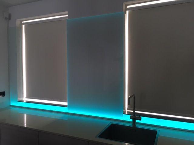 Op maat gemaakte witte glazen achterwand met daaronder een RGB Ledstrip. Glazen keuken achterwand met LED-strip aan de onderzijde. #keukenglas #backsplash #splashback #achterwandopmaat #keukenachterwandopmaat #maatwerk #ledlight #LED #keukenwand #keukenachterwand #achterwandglas #backsplashglass #Eindhoven