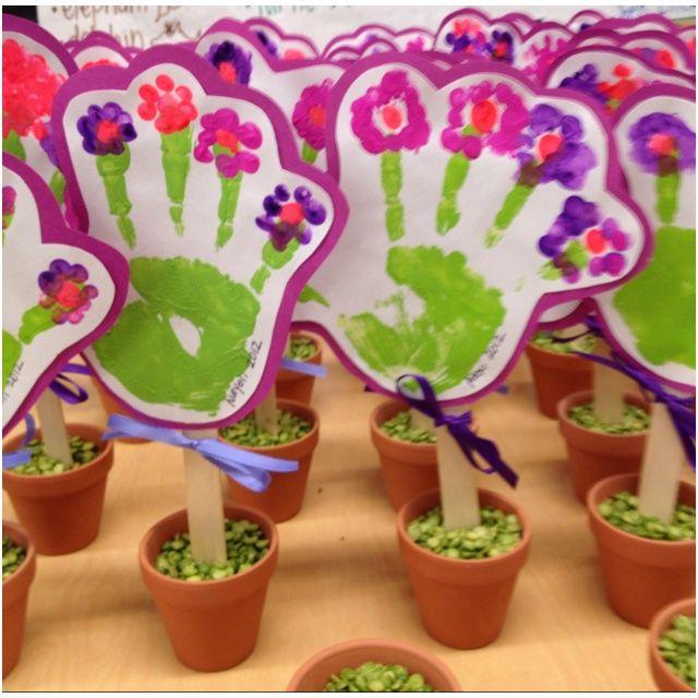 Blume aus Handabdruck im Tontopf - Idee als Muttertagsgeschenk