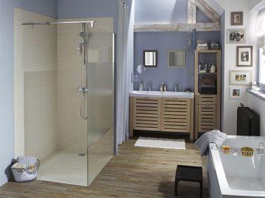 La douche italienne a facilement trouvé sa place dans cette salle de bain qui bénéficiait d'un décrochement de mur qui n'attendait qu'à être investi. Un receveur douche extra plat à carreler a été installé et les murs carrelés