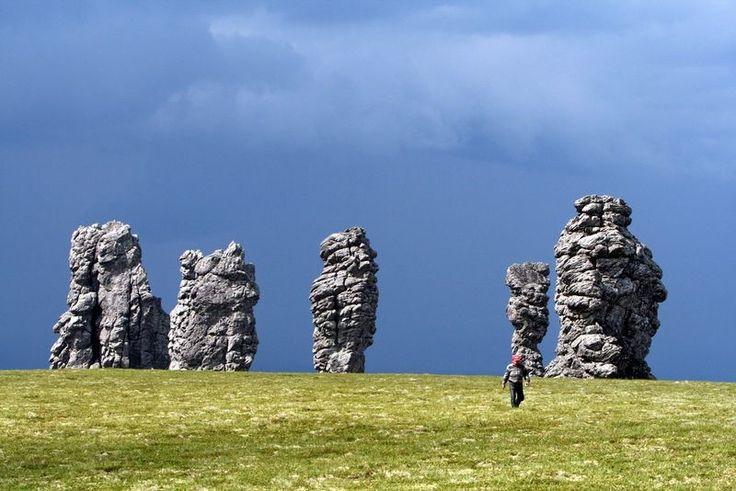 """Гигантские каменные """"идолы"""", расположенные на Северном Урале, на плато Маньпупунер в Троицко-Печорском районе республики Коми, представляют собой скальные образования, которые формировались на протяжении тысяч лет."""