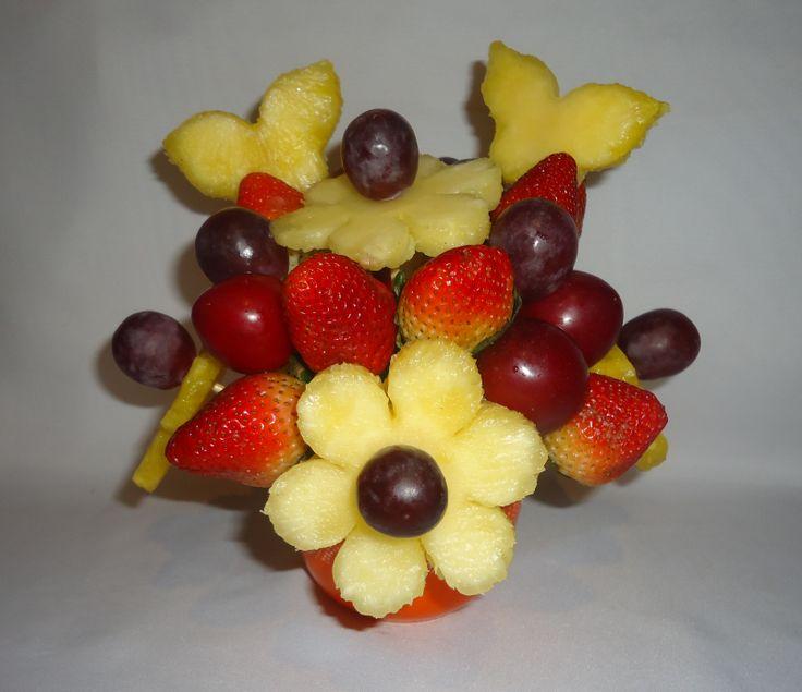 Hey, honey! Deliciosas margaritas de piña con botones de uvas rojas, mariposas de piña, fresas frescas al natural, ciruelas rojas. $25.000