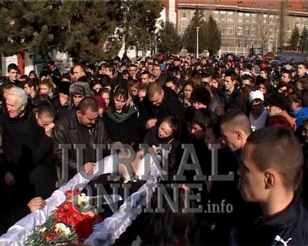 """APLAUZE PE ULTIMUL DRUM. Octavian Ciocan a fost înmormântat.  Zeci de coroane de flori i-au înconjurat sicriul şi sute de lumânări au fost aprinse pentru a-i lumina calea. Mulţi dintre tineri au purtat tricouri imprimate cu fotografia lui Octavian. Toţi cei care au participat sunt încă în stare de şoc şi nu îşi pot explica cum a fost posibil aşa ceva. """"Păcat, mare păcat"""", asta s-a auzit toata ziua din rândurile celor care au format cortegiul funerar al lui Octavian."""