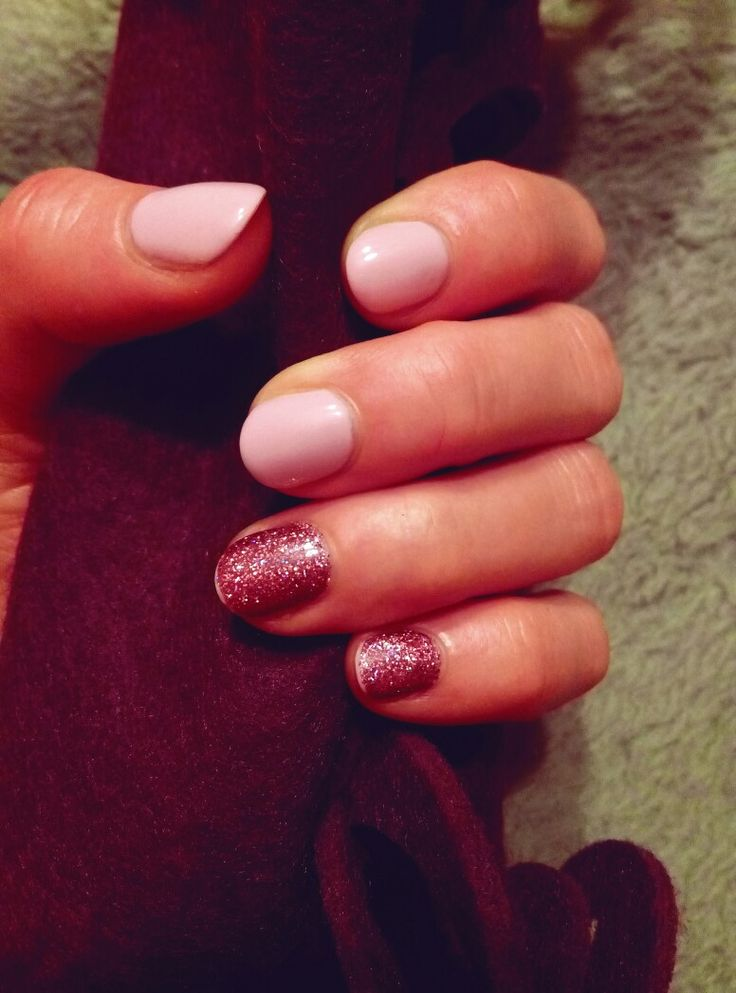 short delicate pink nails. pink glitter. Christmas time. Love them !  💜