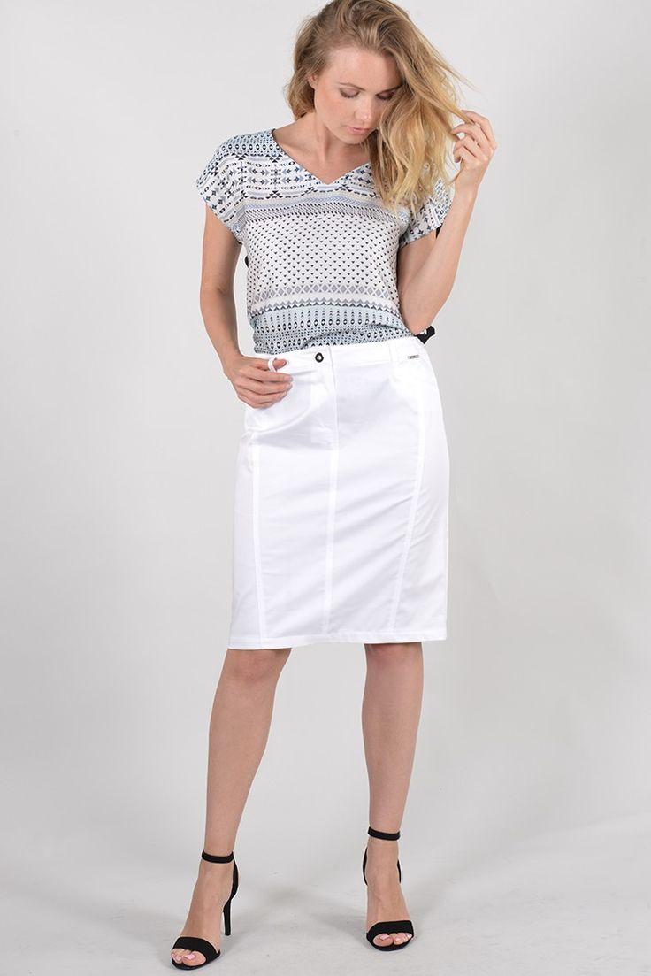 ANTONELLE JUPE COURTE CRAYON TOILE COTON. Réf :  19JU5967.Habillée de passants à la taille pour ceinture, la jupe à la coupe ajustée est dotée : de deux poches devant et de belles découpes verticales au dos dont celle du milieu qui se termine par une fente. Elle se ferme à l'aide d'un bouton et d'un zip sous patte. Vous pouvez l'associer avec sa veste coordonnée PASTILLE disponible également sur l'eshop. #Antonelleparis #jupe #blanc #clothing #pretaporter #summer #lookoftheday #womenswear…
