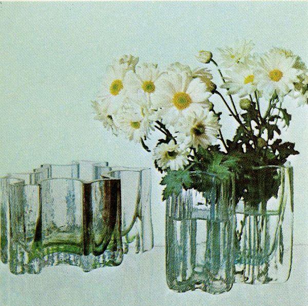 Sokkelo (maljakko / vase). Designer: Helena Tynell. Arkisto: Riihimäen Lasitehdas Oy (1976). #tynell #glass #design #finnishdesign  #riihimaenlasi