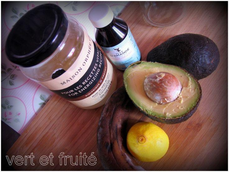 Masque pour les cheveux ultra hydratant 1/2 avocat 1/2 banane bien mûre 1 c. à soupe (15 ml) d'huile de coco 1 c. à thé (5 ml) d'huile d'amande douce 1 c. à soupe (15 ml) de jus de citron